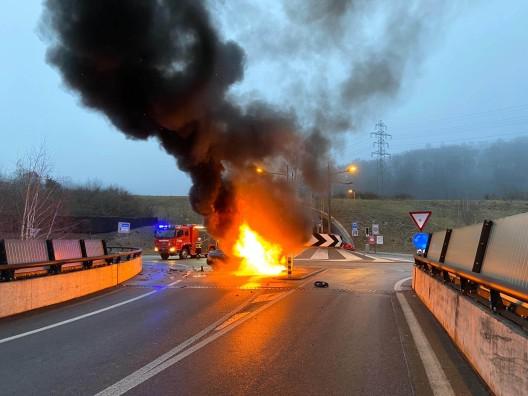 Küttigen AG: Auto prallt gegen Mauer und fängt Feuer