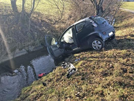 Vaulruz FR: Fahrerin landet mit Auto im Fluss und verletzt sich