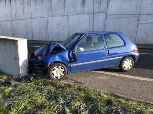 Füllinsdorf BL: Alkoholisierter Fahrzeuglenker verursacht Selbstunfall – Lenker verletzt