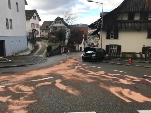 Füllinsdorf BL: PW-Lenkerin (84) prallt in Kandelaber und Gartenmauer