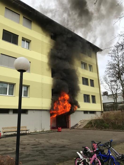 Füllinsdorf BL: Brand in Mehrfamilienhaus – fünf Personen ins Spital gebracht