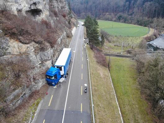 Liesberg BL: Kollision zwischen Lastwagen und Lieferwagen fordert Todesopfer