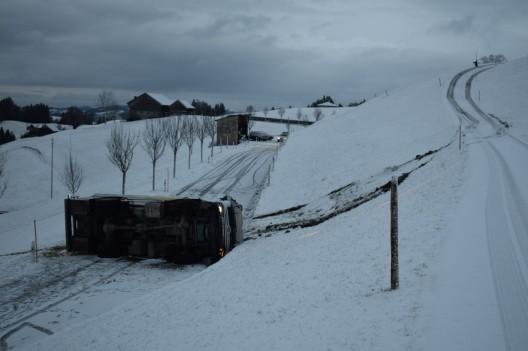 Schwellbrunn AR: Milchtanklastwagen überschlägt sich
