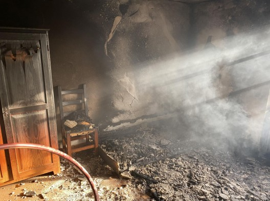 Reinach BL: Dachstock eines Einfamilienhauses in Brand