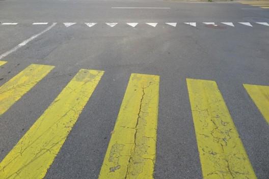 Netstal GL: Autofahrer(in) erfasst Knaben und fährt davon – Zeugenaufruf