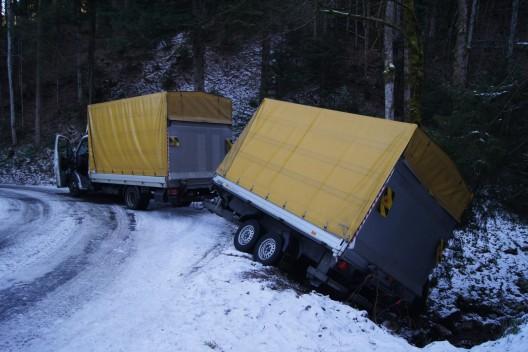 Unterägeri ZG: Navi gefolgt und von Strasse gerutscht - Lieferwagen mit Mängeln