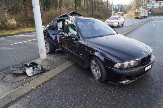 Baar ZG: Heftig in Kandelaber geprallt - Autofahrer glücklicherweise unverletzt