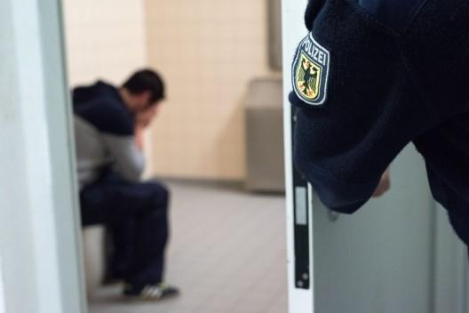 Bundespolizei vollstreckt mehrere Haftbefehle - Mann muss ins Gefängnis