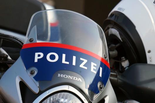 Polizei verfolgt Geisterfahrer auf der Flucht nach Deutschland - Polizeiauto beschädigt