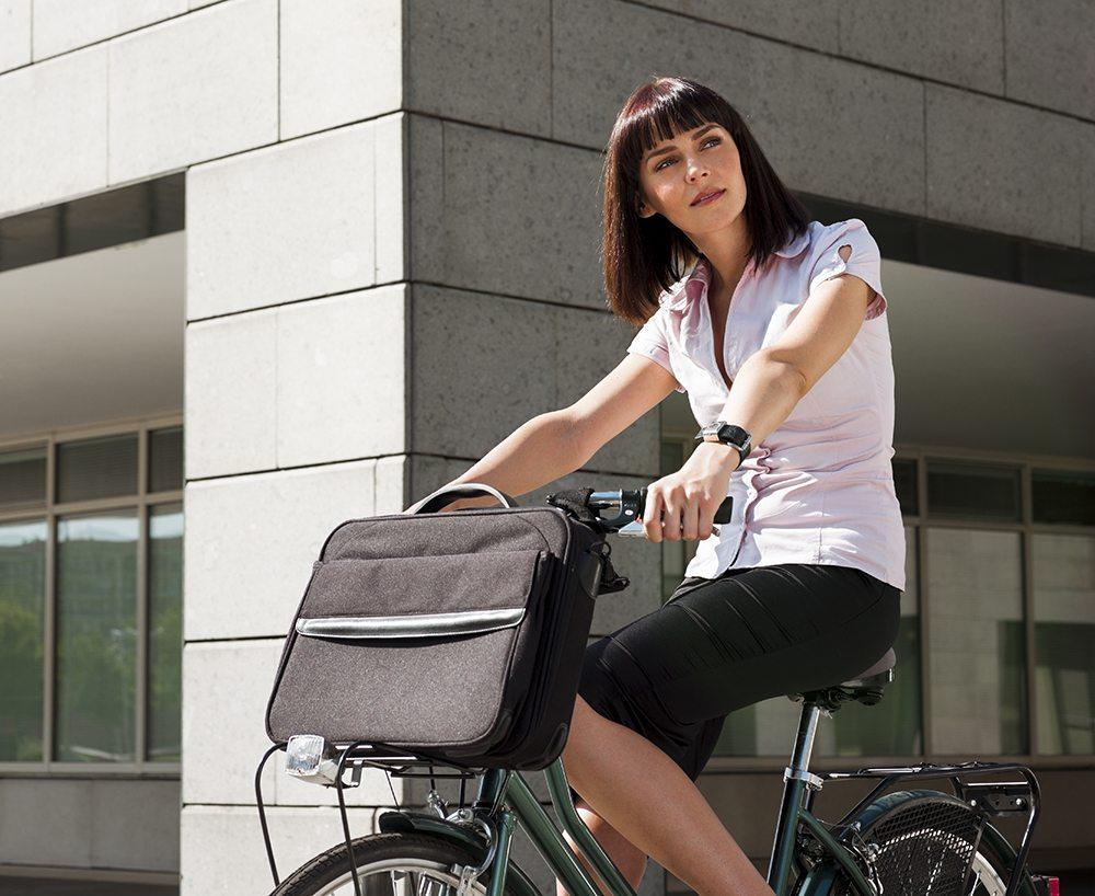 Wer nur kürzere Strecken zur Arbeit und zurück zu bewältigen hat, greift zumindest in den Städten der Schweiz gern auch auf das Velo oder auf das moderne E-Bike zurück. (Bild: Diego Cervo / Shutterstock.com)