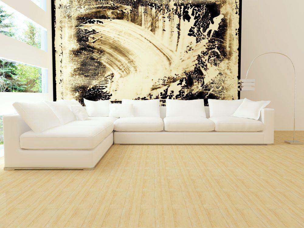 Ein edles Sofa wirkt immer einladend und harmonisch zugleich. (Bild: Anna Oleksenko / Shutterstock.com)