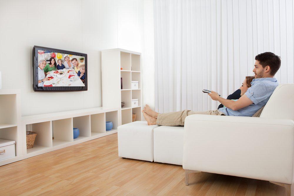 Der Fernseher in Sichtweite des Sofas gehört für die meisten für gemütliche Stunden einfach dazu. (Bild: Andrey_Popov / Shutterstock.com)