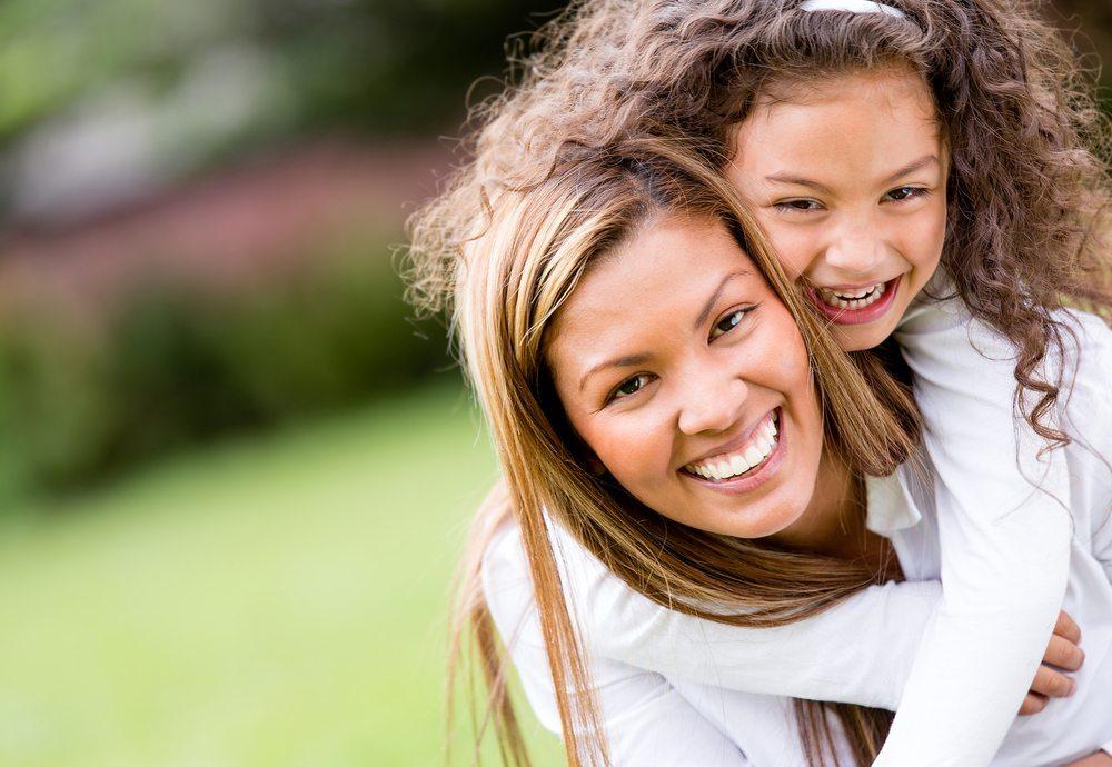Bleibt die Mutter ledig, bekommt sie nach dem Wegfall des Kindesunterhalts für sich selbst weniger. (Bild: zzz / Shutterstock.com)