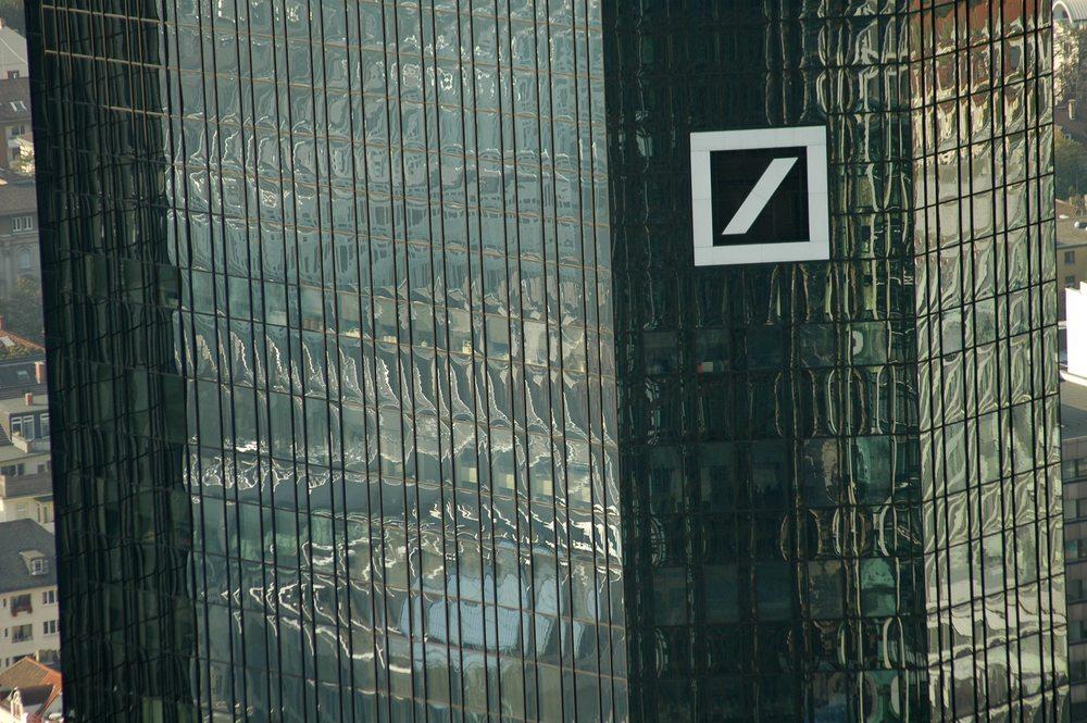 Stimmen die Aktionäre also hohen Boni nicht zu, dann erwägt die Deutsche Bank, einfach die Basisgehälter anzuheben. (Bild: 360b / Shutterstock.com)