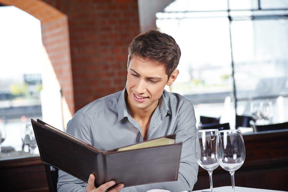 Für viele Schweizer ist der Besuch im Restaurant auch schlicht und einfach zu teuer. (Bild: Robert Kneschke / Shutterstock.com)