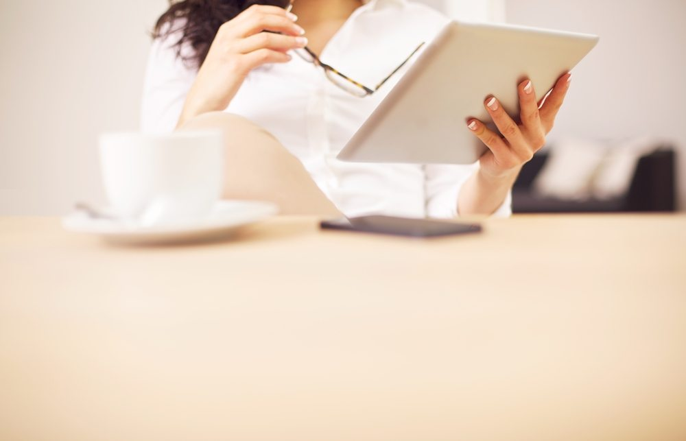 Im Personenkreis der jungen Menschen ab 14 Jahren verlassen sich lediglich um die 430'000 Empfänger ausschliesslich auf das Lesen von Online-Nachrichten. (Bild: Ammentorp Photography / Shutterstock.com)