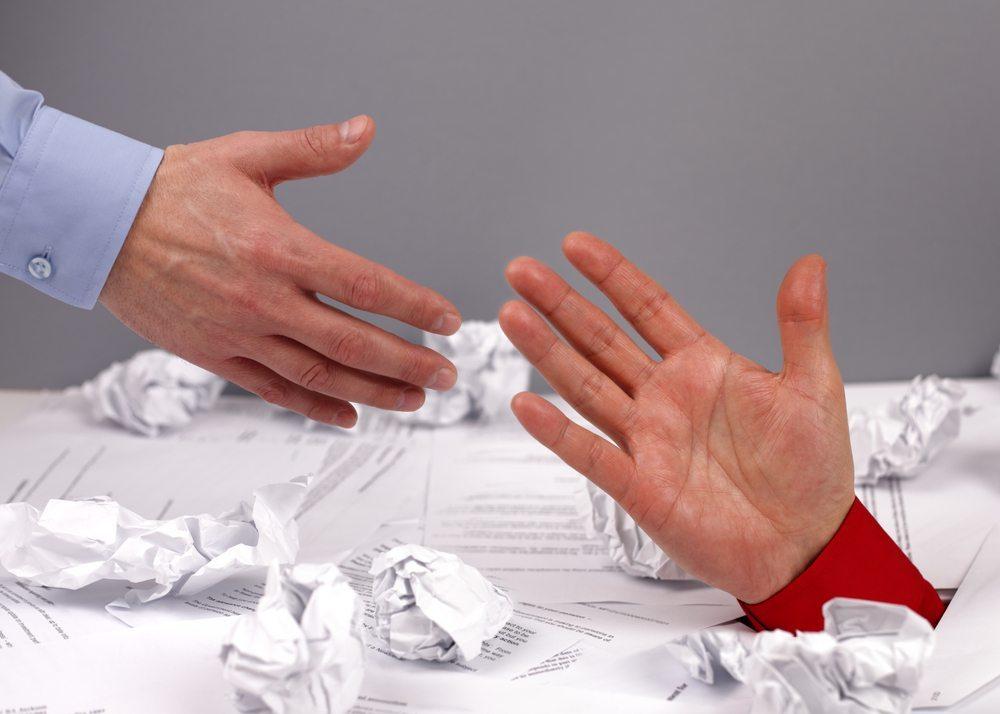 Sieht man selbst keinen Ausweg mehr, kann man sich an eine Schuldenberatungsstelle wenden. (Bild: Brian A Jackson / Shutterstock.com)