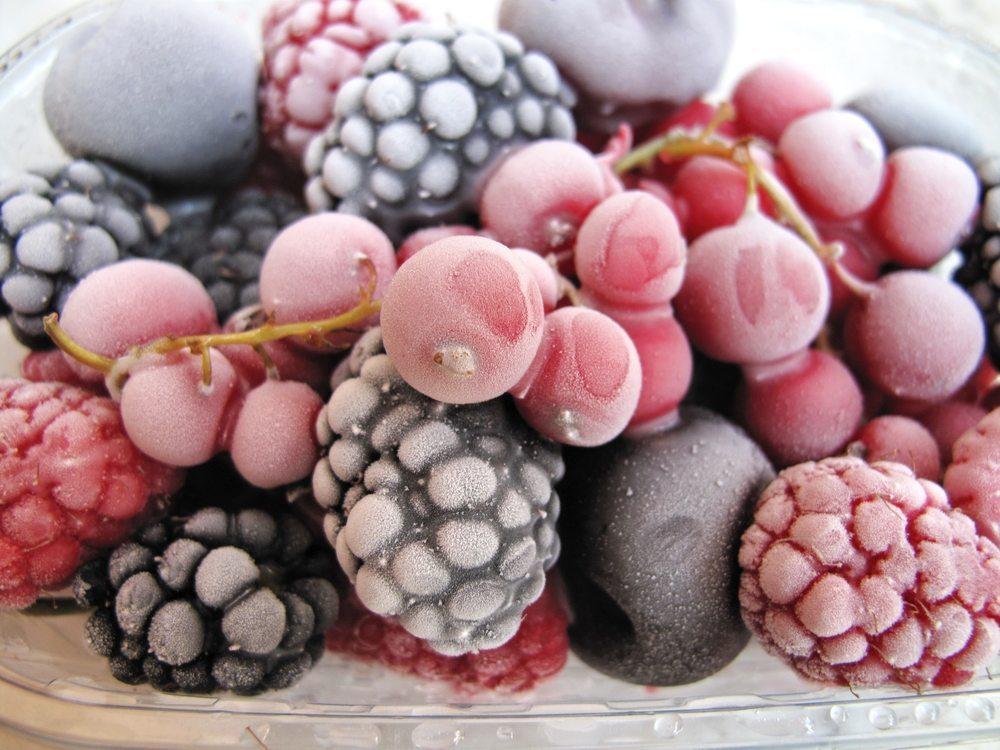 Obst als Tiefkühlprodukte. (Bild: Kostiantyn Ablazov / Shutterstock.com)