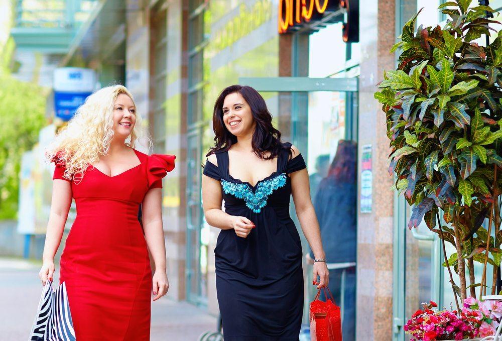 Idealerweise werden wir auf dem Weg ins Modegeschäft von einer guten Freundin begleitet, die uns bei der Kleiderauswahl berät. (Bild: Olesia Bilkei / Shutterstock.com)