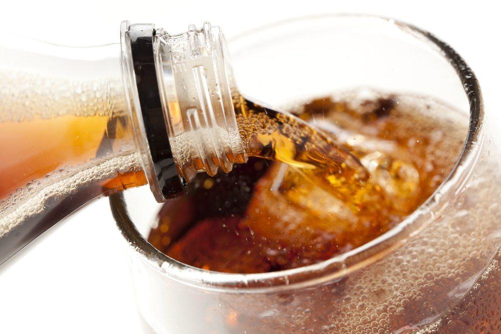 Cola als Erfrischungsgetränk. (Bild: Brent-Hofacker / Shutterstock.com)