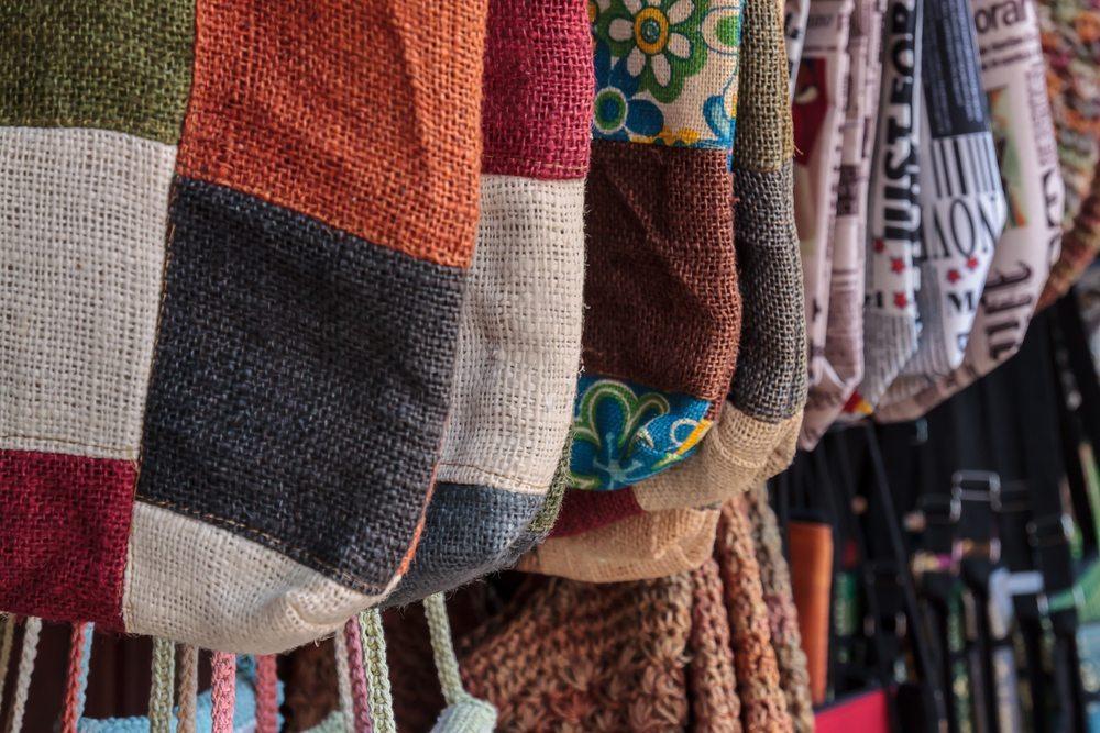Mit Nadel, Faden und Schere aus alten Kleidungsstücken neue basteln – Upcycling heisst der neue Trend. (Bild: V9 / Shutterstock.com)