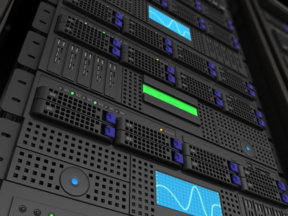 Amazons Echo ist ständig auf Empfang und sendet die Daten an Amazons Server. Datenschützer warnen vor der Wanze im eigenen Wohnzimmer. (Bild: Gil C / Shutterstock.com)