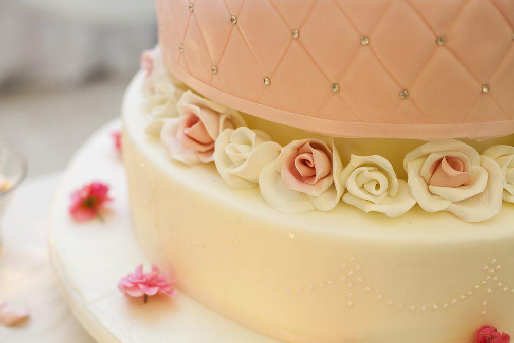 In jedem Land gibt es bestimmte Hochzeitsrituale, die Glück, Reichtum oder Fruchtbarkeit bringen sollen. (Bild: Angyalosi Beata / Shutterstock.com)