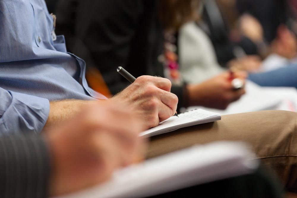 Bei Benimm-Seminaren lernen die Teilnehmer auch die wichtigsten Regeln der Tisch-Etikette. (Bild: Rihardzz / Shutterstock.com)