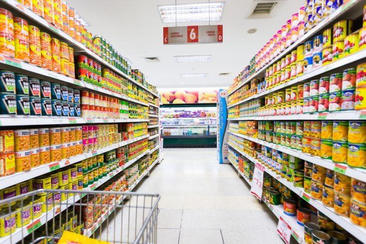 """Welche Produkte lassen sich wie lange über das sogenannte """"Verfallsdatum"""" hinaus verzehren? (Bild: © 06photo - shutterstock.com)"""