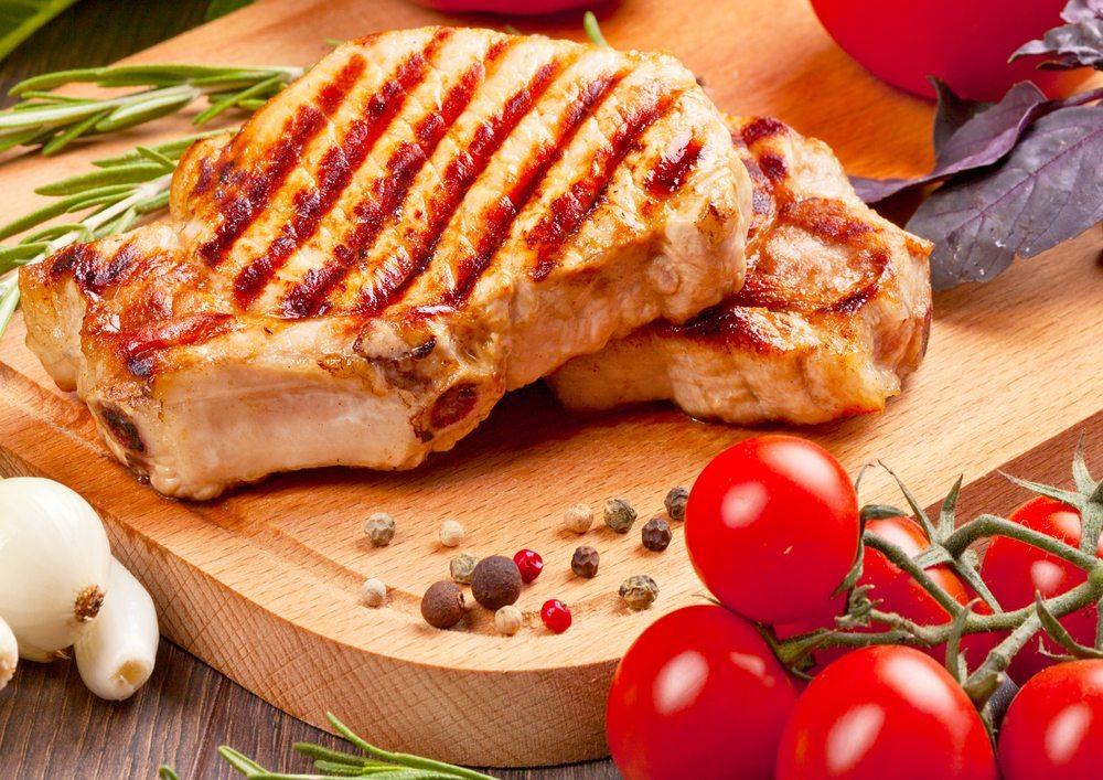 Laut Statistik verzehrt jeder Schweizer im Durchschnitt 54 kg Schweinefleisch pro Jahr (Bild: © Sergiy Zavgorodny - shutterstock.com)