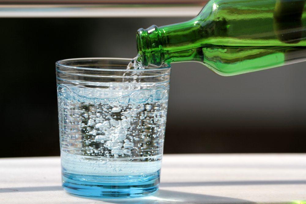 Ca. 35 Sorten an Mineralwasser gibt es in der Schweiz im Verkauf. (Bild: © Hayati Kayhan - shutterstock.com)