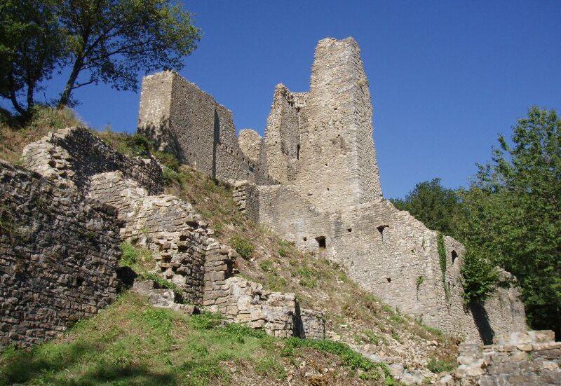 Burg Schenkenberg – imposante Ruine oberhalb von Thalheim im Kanton Aargau. (Bild: Vodimivado, Wikimedia, GNU)