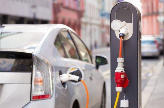 Beim Erwerb eines umweltschonenden Fahrzeugs tut man gut daran, genau auf die Art des Fahrzeugantriebs und die mit ihm verbundenen Eigenschaften zu achten. (Bild: Matej Kastelic / Shutterstock.com)