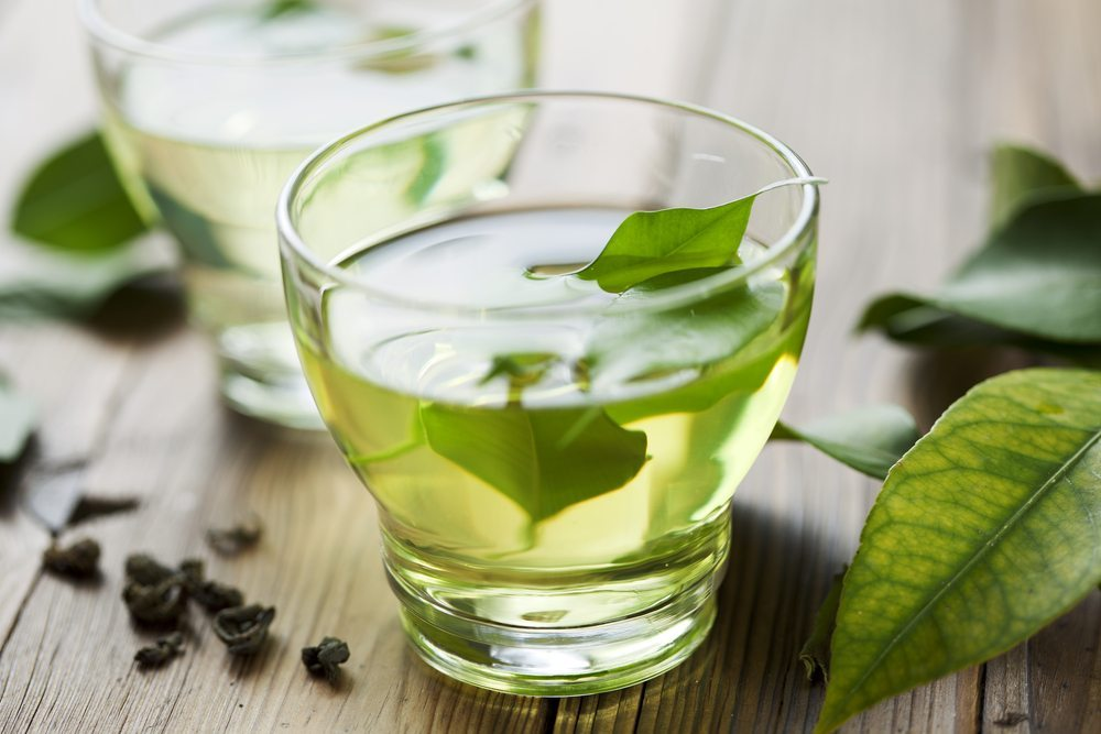 Wie sich grüner Tee auf die Gesundheit auswirkt und wie man ihn zubereitet, lesen Sie hier. (Bild: Liv friis-larsen / Shutterstock.com)