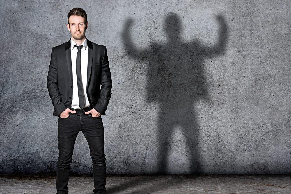 Selbstsichere Menschen werden als die potenziell Erfolgreichen wahrgenommen. (Bild: lassedesignen / Shutterstock.com)