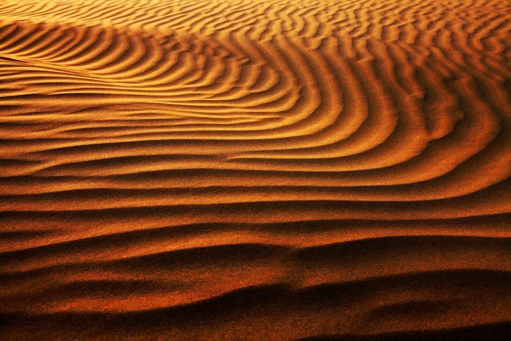 Der trockene Wüstensand ist als Rohstoff für Beton unbrauchbar (Bild: © Mikadun - shutterstock.com)