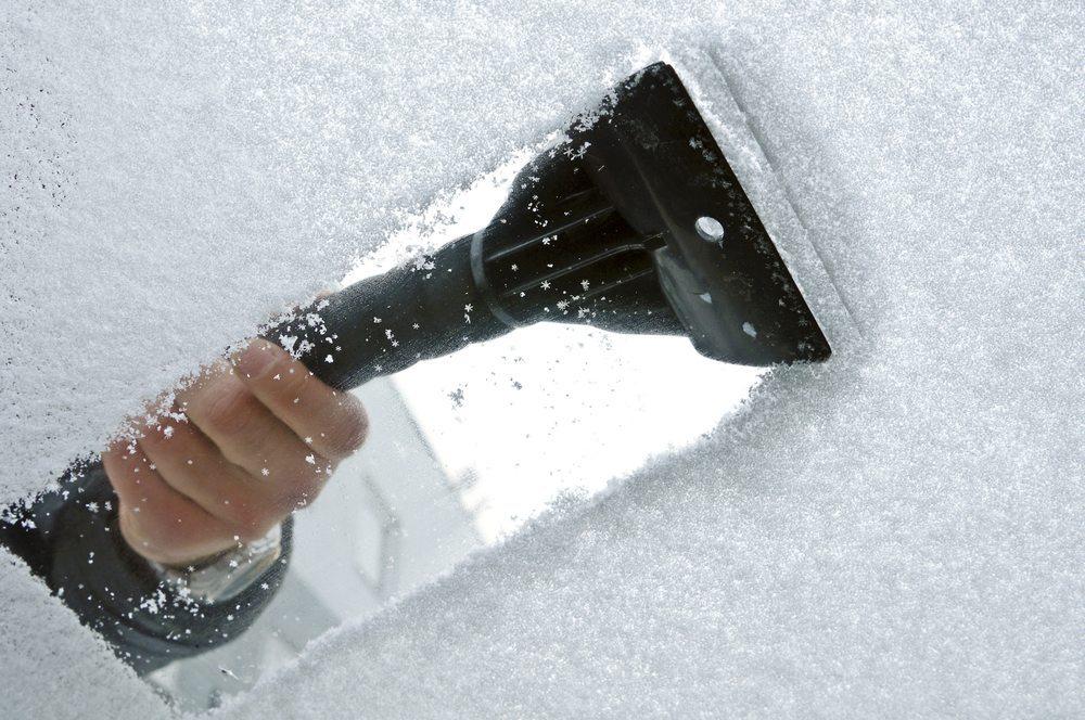 Eiskratzer und Bürste sind gefragte Hilfsmittel. (Bild: nulinukas  / Shutterstock.com)