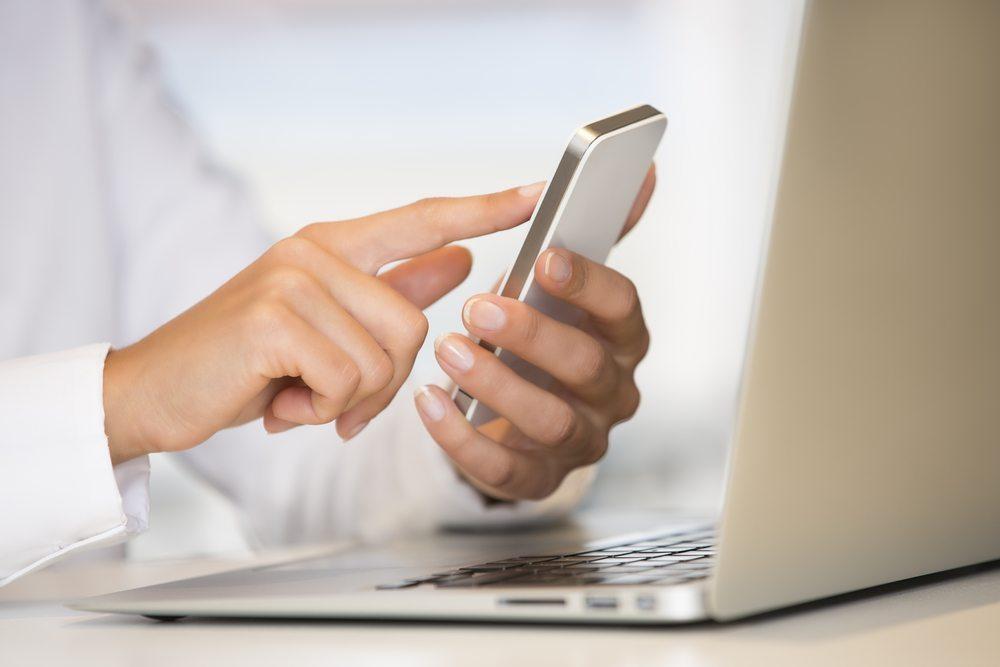 Anstehende Telefonate bauen mehr Druck auf als noch zu schreibende E-Mails. (Bild: LDprod / Shutterstock.com)
