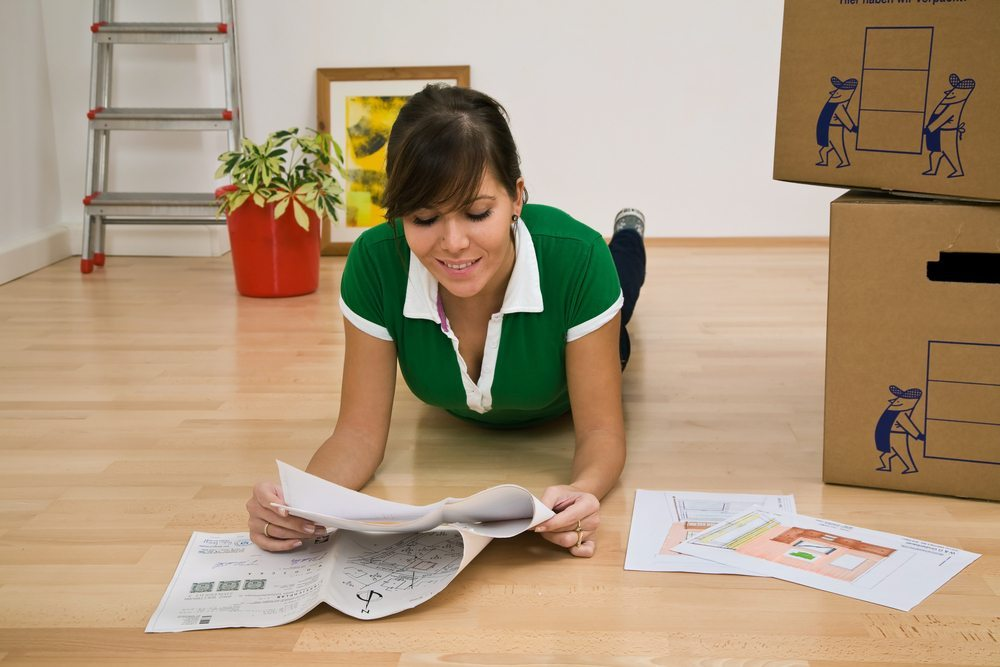 Beim ersten Umzug stellen sich für junge Leute wichtige Fragen. (Bild: © Lisa S. - shutterstock.com)