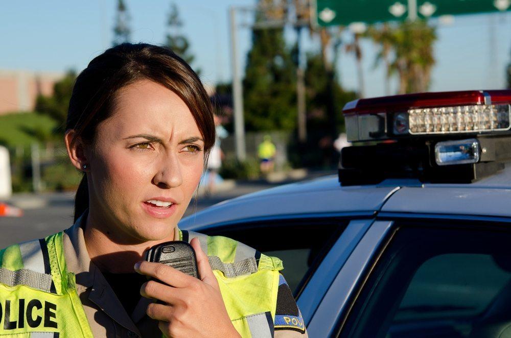 Rein zahlenmässig sind Frauen bei der Polizei auch heute noch klar in der Minderheit. (Bild: © John Roman Images - shutterstock.com)