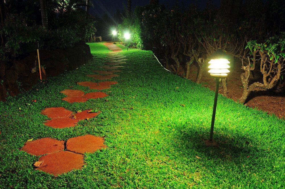 Eine schöne Gartenbeleuchtung macht immer etwas her. (Bild: © Vlue - shutterstock.com)