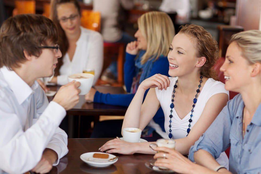 Mit Smalltalk lernen sich Menschen besser kennen. (Bild: © racorn - shutterstock.com)