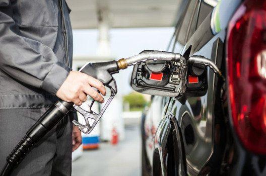 Der momentan niedrige Ölpreis kann prognostisch längerfristig stagnieren. (Bild: Minerva Studio / Shutterstock.com)