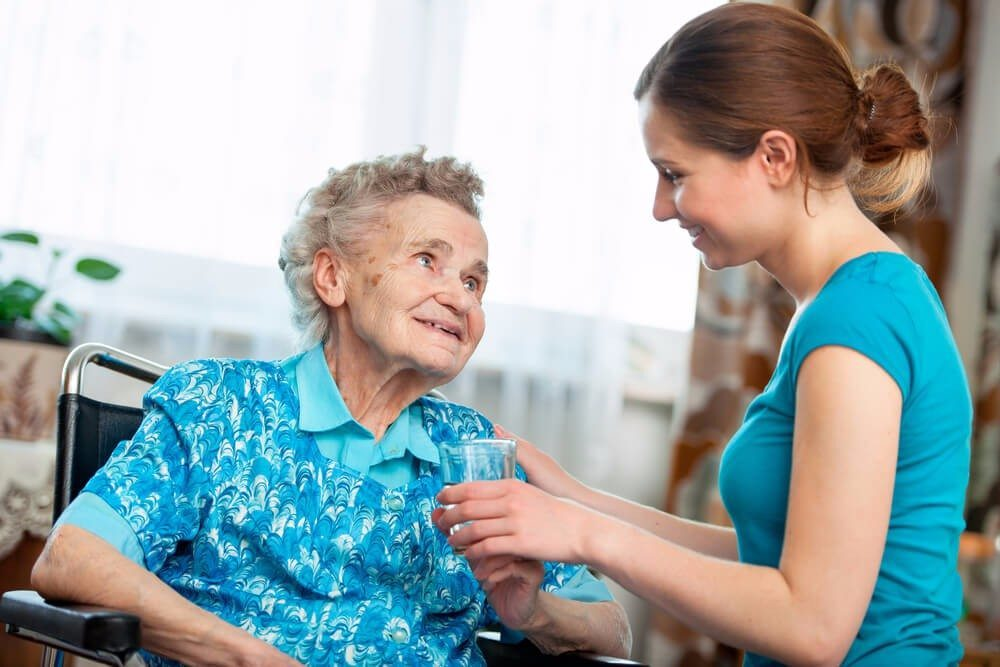 Die Pflege zu Hause kostet die Angehörigen viel Kraft. (Bild: © Alexander Raths - shutterstock.com)