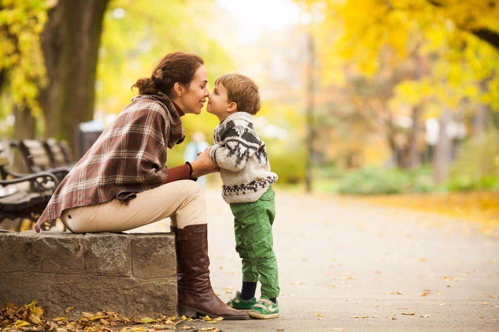 Auch wenn der Muttertag oftmals als sehr kommerziell kritisiert wird, ist es schön, der Mutter eine Freude zu machen. (Bild: © bokan - shutterstock.com)