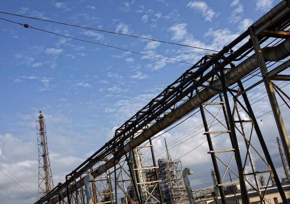 Durch das erneute Raffinieren von Altöl lässt sich daraus wieder hochwertiges Neuöl schaffen. (Bild: © GSPhotography - shutterstock.com)