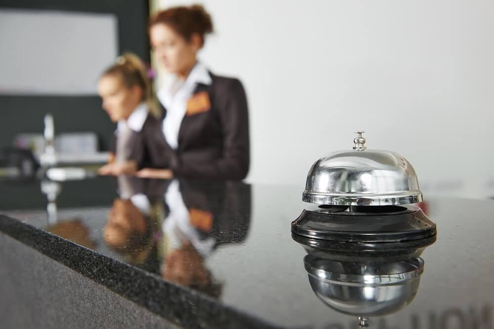 Das Schweizer Hotel- und Gastgewerbe leidet am stärksten unter der Aufwertung des Franken. (Bild: © Kadmy - fotolia.com)