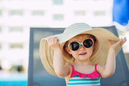 Schutz vor der Sonne – speziell für Babys und kleine Kinder (Bild: © Alliance - shutterstock.com)