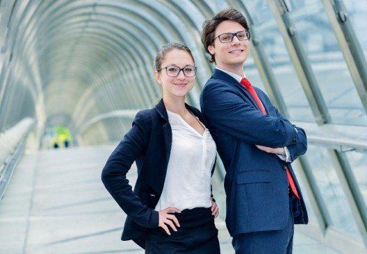 In der Praxis hat sich in vielen Unternehmen eine Arbeitskultur durchgesetzt, die Jugend als einen Wert an sich begreift. (Bild: © Pixinoo - fotolia.com)
