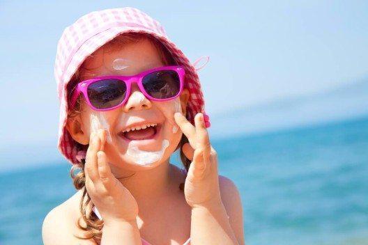 Methylparaben sind auch sehr häufig in Sonnenschutzprodukten enthalten. (Bild: © YanLev - shutterstock.com)